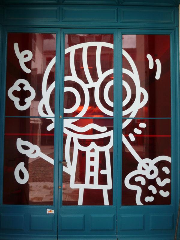 Adhésit sur porte vitrée. Musée Borda à Dax. Été 2010