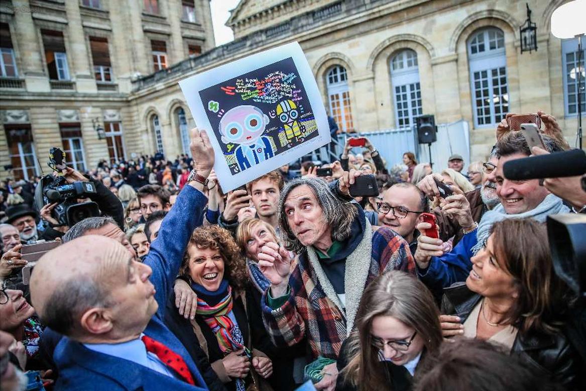 Cadeau de départ à Alain Juppé dans la cour de l'Hôtel de Ville !