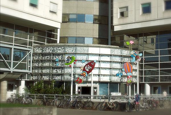 Vue extérieure des 4 girouettes et des 50 dessins collés sur la façade vitrée.